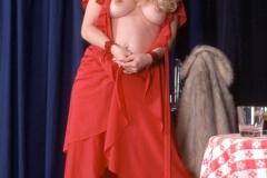Langhaarige heisse Blondinen in rotem Kleid